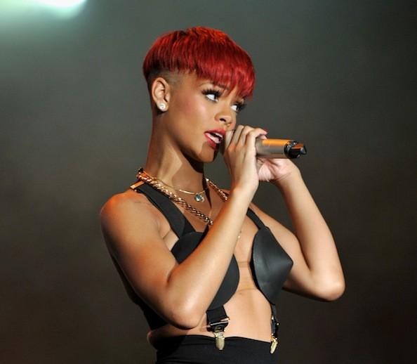 """Il """"bowl cut"""" di Rihanna Il """"taglio a scodella"""", proposto da molte giovani attrici e star nel 2020, è ispirato ad uno degli anni '60, ma il tocco in più è proprio quello di renderlo ancor più particolare, scegliendo un coloro intendo e molto carico, come il rosso fuoco o il magenta. Proprio come ha fatto Rihanna, che ha personalizzato lo stile in toto, scegliendo di rasare la parte sottostante, dal collo fino alla nuca. Un look per vere dure, e per donne di carattere, che non vogliono passare inosservate, e che non hanno paura di osare con un taglio un po' mascolino."""